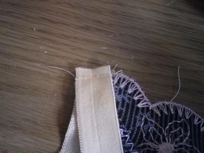 piquez la bretelle (élastique ou pas) sur la pointe du devant