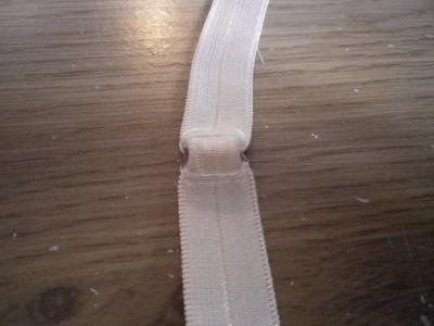 glissez la bretelle dans la barette de réglage...