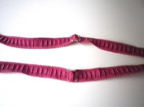 (votre bretelle est déjà fixée à une de ses extrémités à la pointe du bonnet ) puis les 2 grande longueurs dans les barrettes de réglages..