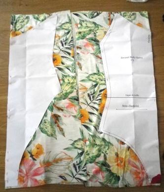 j'ai plié le tissu de façon à avoir 2 milieux pour le dos et le devant!