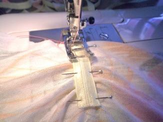 j'ai piqué l'elastique au point Z en tirant sur ce dernier pour le mettre à la longueur du tissu.