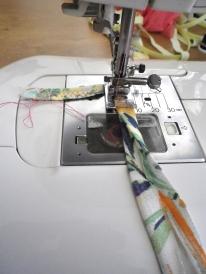 ....pour rabattre mon bias sur l'endroit du tissu , j'ai commencé par la bretelle gauche en continu jusqu'à la bretelle droite....
