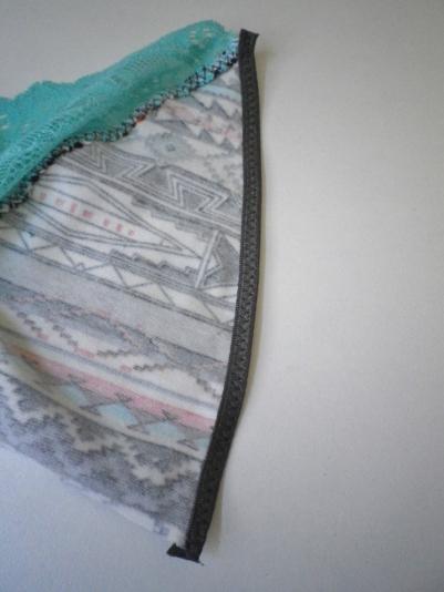 ....j'ai choisi un biais élastique mais vous pouvez prendre d'autres styles d'élastiques ( festonné, plat...)...